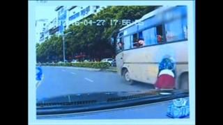 Une fillette tombe de la fenêtre d'un car et s'en sort sans blessure