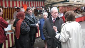 Jean Tiberi sur le marché Monge, dans le Ve arrondissement de Paris, le 14 mars 2008