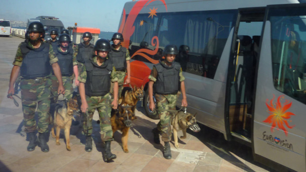 Patrouille de police à Bakou, capitale de l'Azerbaïdjan, lors de l'organisation de la finale de l'Eurovision (26 mai 2012)