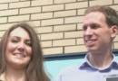 Les sosies de Kate Middleton et du prince William devant la maternité.