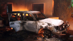Une voiture incendiée près du consulat américain de Benghazi, en Libye, le 11 septembre 2012.