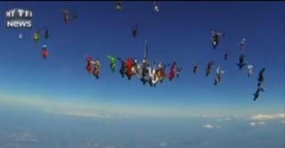 Ces 164 parachutistes réalisent une figure en plein air à 380 km/h, record battu