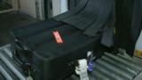 L'homme aux tongs rouges et le mystère de la valise de billets