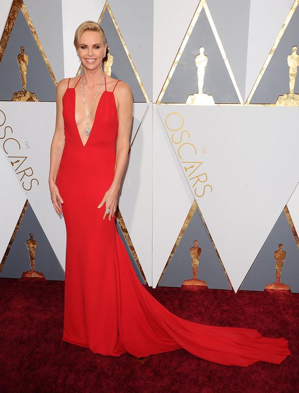 Charlize Theron sur le tapis des Oscars 2016