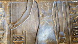 """""""Ding Jinhao a visité cet endroit"""" a écrit un adolescent de 15 ans sur un temple égyptien de Louxor."""