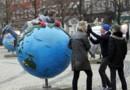 Homme couché sur un globe terrestre à Copenhague, le 6/12/2009, veille du sommet sur le climat