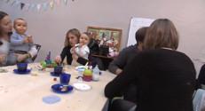 Le 13 heures du 1 mars 2015 : Cafés parents-enfants: quand les tasses côtoient les biberons - 1277.402