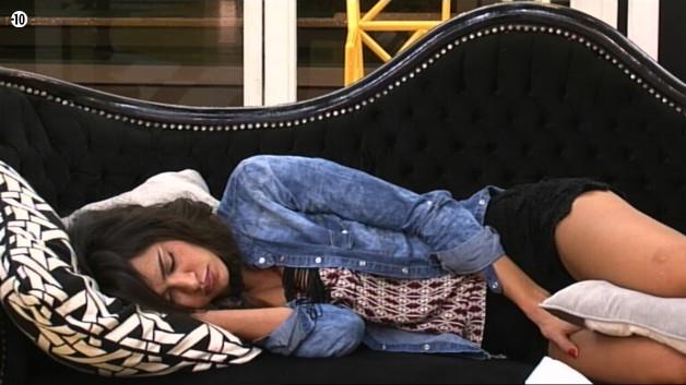 Le salon semble être le point de ralliement des habitants pour faire la sieste. Alors que Vivian dort sur le canapé blanc, Leila se repose sur le noir.