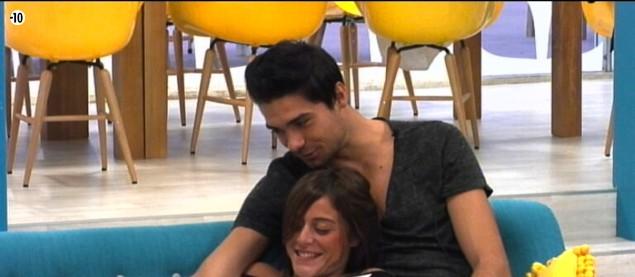 Anaïs et Julien se taquinent dans le salon...