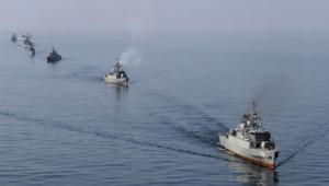 Des navires iraniens prennent part à des manœuvres dans le détroit d'Ormuz, le 3 janvier 2012.
