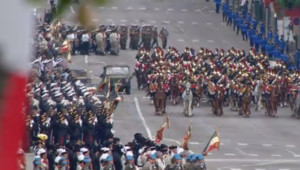 """Le """"command car"""" à bord duquel a pris place François Hollande descend l'avenue des Champs-Elysées (14 juillet 2012)"""