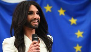 Conchita Wurst chante au Parlement européen.