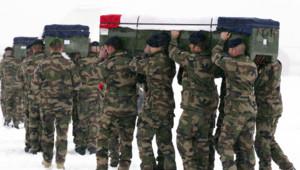 Kaboul : militaires français portant les cercueils de quatre des leurs tués par un soldat afghan (22/01/2012)
