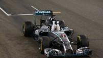 Lewis Hamilton (Mercedes) passe la ligne d'arrivée du GP Abu Dhabi en vainqueur et s'offre un deuxième titre de champion de F1, le 23 novembre 2014