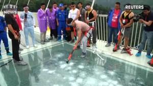 Avant son ouverture au public, des volontaires testent la solidité d'un pont en verre suspendu