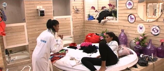 Jessica ne digère pas d'avoir perdu sa battle de danse face à Leila et n'hésite pas à critiquer sa camarade auprès d'Elodie.