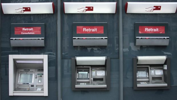 Des distributeurs de la banque Société Générale à Paris