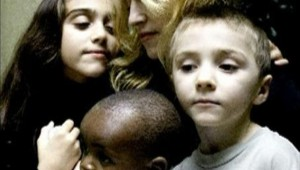 TF1/LCI : Madonna et ses enfants ; au premier plan, le petit Banda, qu'elle a ramené du Malawi