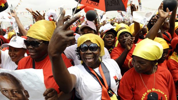 Angola : militants du MPLA, le parti au pouvoir, lors du dernier meeting du président Eduardo dos Santos (29 août 2012)