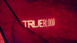True blood. Série créée par Alan Ball en 2008. Avec: Stephen Moyer, Anna Paquin et Alexander Skarsgard.