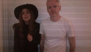 Lady Gaga et Julian Assange le 8 cotobre 2012 à Londres