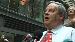 Le représentant de Pearson, David Bell, accueilli par les huées des salariés des Echos (6 novembre 2007)
