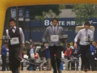 300 mètres plateau en main : suivez la course des garçons de café