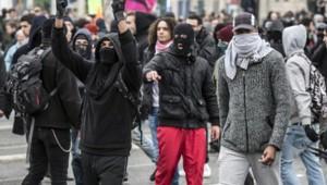 Des dizaines de casseurs masqués ont perturbé une manifestation anti-FN.
