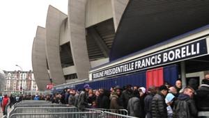Rencontre PSG-Barça : file d'attente de supporters devant le Parc des Princes (16 mars 2013)