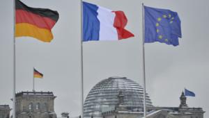Drapeaux allemand, français et européen flottant près du Reichstag, à Berlin.