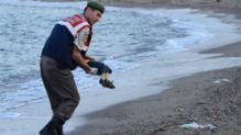 La photo d'un enfant mort noyé et échoué sur une plage turque choque l'Europe et fait le tour des réseaux sociaux et de la presse internationale