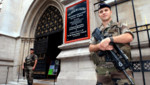Photo d'illustration. Des militaires devant l'église américaine de Paris en 2004.
