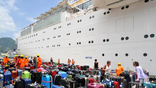 http://s.tf1.fr/mmdia/i/77/9/des-centaines-de-passagers-fatigues-ont-debarque-jeudi-du-paquebot-10654779xnimq_1713.jpg?v=2