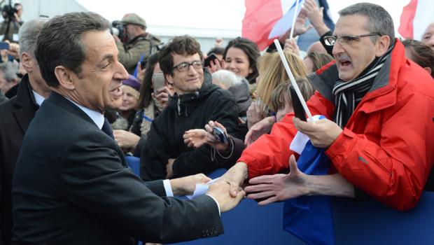Nicolas Sarkozy face à l'un de ses sympathisants lors de son meeting à la Concorde, le 15 avril 2012.