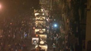 Patrouille de blindés de l'armée égyptienne au Caire, nuit du 28 au 29 janvier 2011