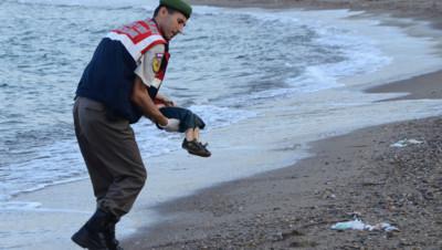La photo d'un enfant mort noyé, échoué sur une plage turque, fait le tour des réseaux sociaux et provoque l'indignation en Europe