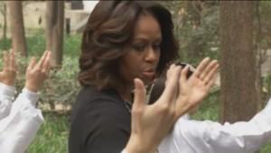 Michelle Obama prend une leçon de Tai Chi auprès d'étudiants chinois d'un lycée de Chengdu au Sichuan.