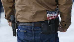 Un Américain portant une arme