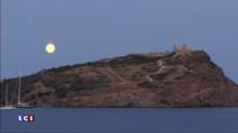 Lune bleue et mer Égée, l'image romantique du jour