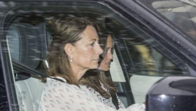 Carole et Pippa Middleton arrivent à Kensington Palace