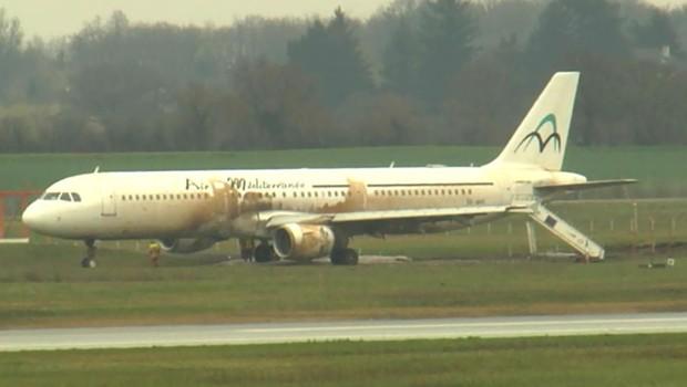 L'avion, qui venait de Dakar et avait fait escale à Agadir pour faire le plein, a continué sa route en bout de piste.
