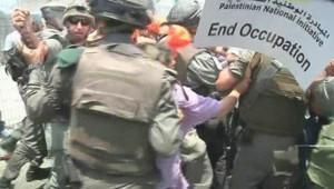 Une manifestation de 150 Palestiniens et militants étrangers en Cisjordanie dispersée par l'armée israélienne le 9 juillet 2011