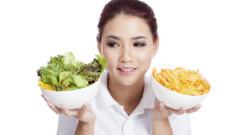 Femme qui suit un régime