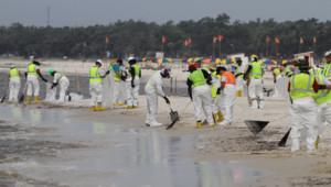 Nettoyage du brut déversé sur la plage de Biloxi Beach, Mississippi