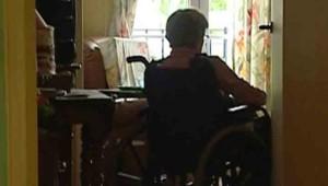 Personne âgée en fauteuil roulant