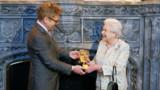 """Elizabeth II récompensée pour son rôle de""""James Bond girl"""""""
