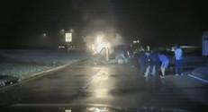 Deux policiers américains risquent leur vie pour sauver un homme.
