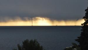 Un phénomène météorologie rare observé par des internautes dimanche à Nice : des mini tornades ont touché le littoral. Les internautes nous ont envoyé leurs photos.