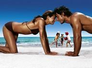 couple très bronzé à 4 pattes