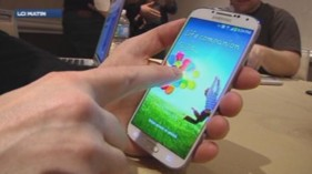 Cdric Ingrand, journaliste  LCI, a test le Galaxy S4, prsent par Samsung le 14 mars 2013.